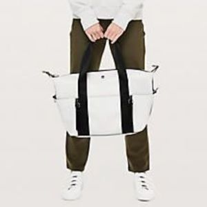 Lululemon return to form duffel
